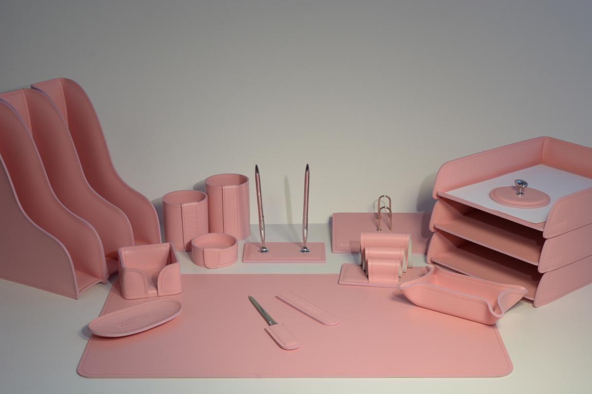 Набор на стол руководителя из кожи розового цвета.