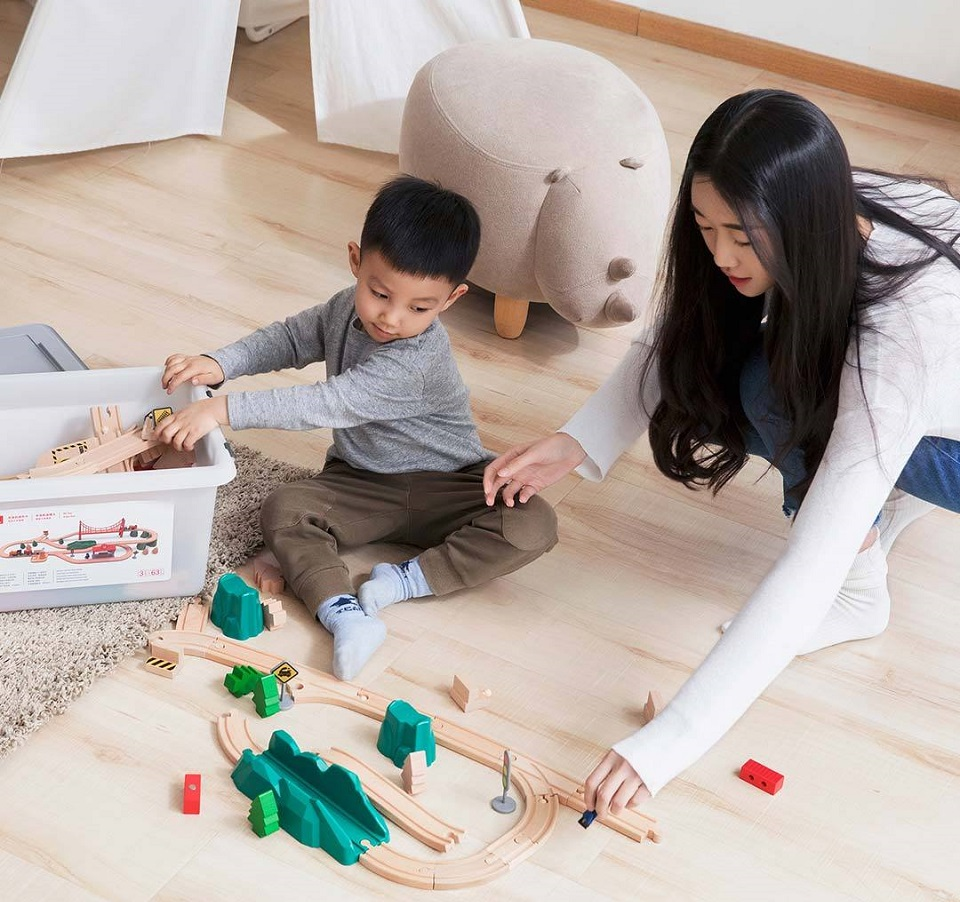 Деревянная железная дорога Mitu Toy Train Set 63 Pcs мама играет с ребенком