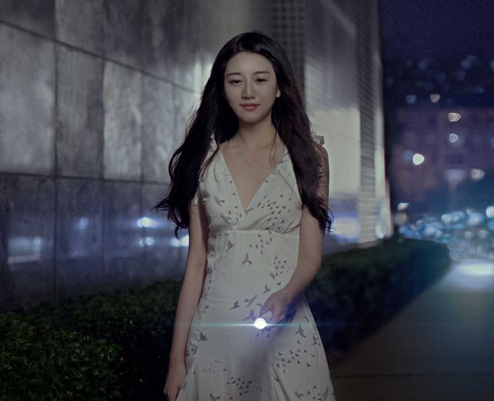 Фонарик Mi Portable Flashlight 3350 мАч девушка с фонариком ночью