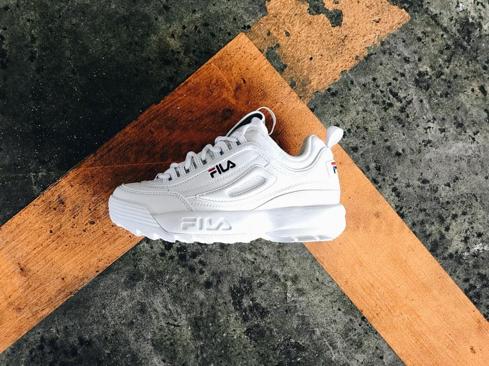 Мужские кроссовки Fila Disruptor 2 белого цвета на ноге