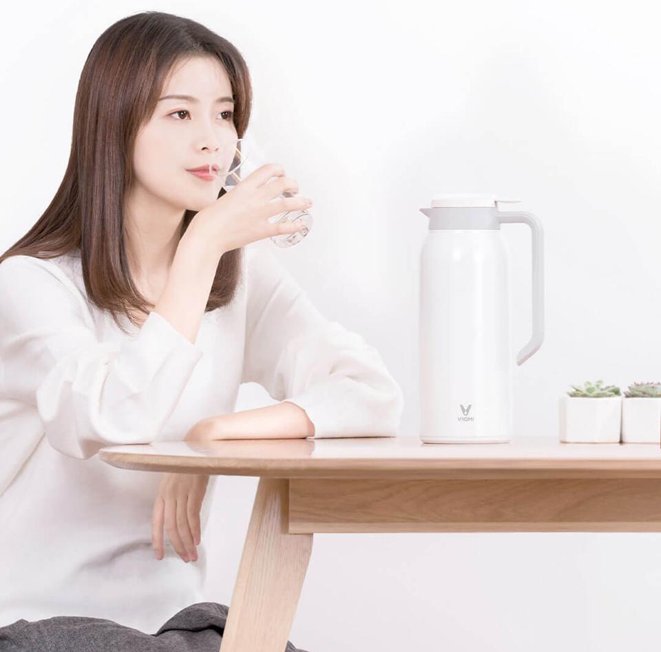 Термос Viomi stainless vacuum cup Black 1500 ml на столе
