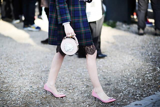 Сумочка нежного розового цвета с фарфоровой вставкой от ANDRES GALLARDO на неделе моды в Париже с Натальей Алавердян