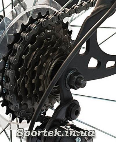 Велосипедная цепь на кассете велосипеда с переключением скоростей