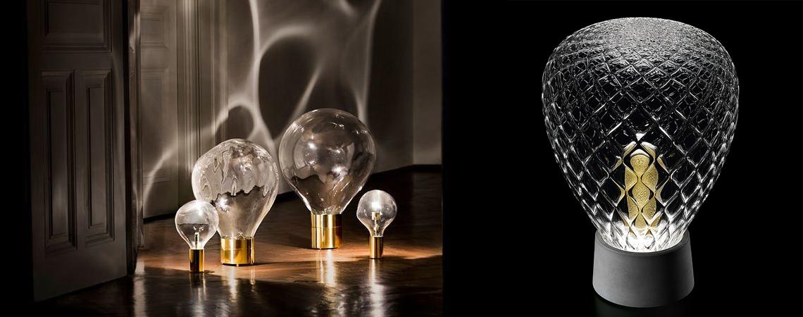Barovier & Toso Lust – настольная лампа из цемента и золота: материалов во всех отношениях разных, но гармонично сочетающихся друг с другом. Созданная Марселем Вандерсом (Marcel Wanders) для Barovier&Toso, эта утонченная настольная лампа работает на светодиоде, над которым расположено изящное «зернышко» - стеклянный элемент, утопающий в россыпи золотых чешуек. Этот элемент придает свету особые визуальные эффекты и помогает равномерно рассеиваться, создавая уютное освещение. В коллекции представлены 2 модели: стеклянный плафон меньшей (30х43 см) обработан в технике балотон (рельефный сетчатый узор), а у большой версии (30х43 см) украшен спиралевидными полосами.
