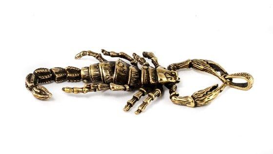Фотография кулон скорпиона на столе