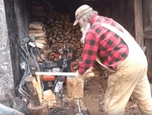 дед колет дрова