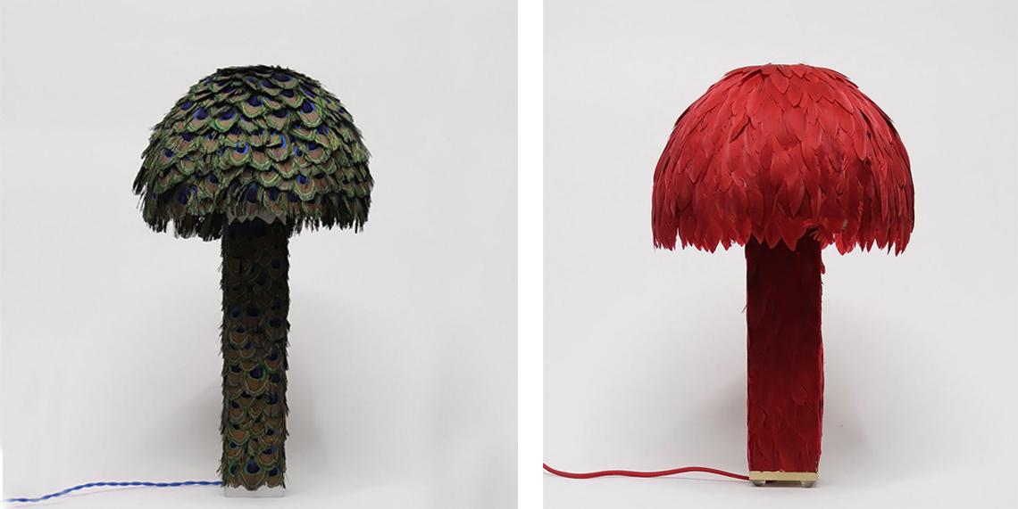 Необыкновенная настольная лампа из металла, полностью украшенная перьями павлина или красного голубя.