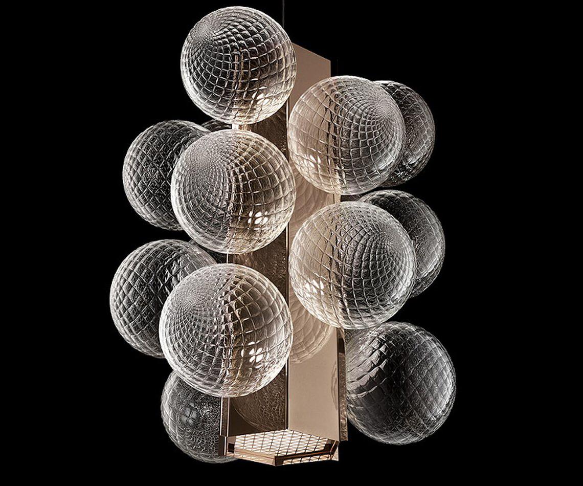 Philip Johnson Lincoln – утонченный вертикальный подвесной светильник. Стеклянные сферы, расположенные по бокам центрального прямоугольного элемента, выполнены в традиционной венецианской технике «балотон»: такая обработка позволяет свету, исходящему изнутри, создавать уникальные эффекты. Корпус светильника, выполненный в цвете розовое золото, в нижней части содержит мощный светодиодный источник, испускающий луч света.