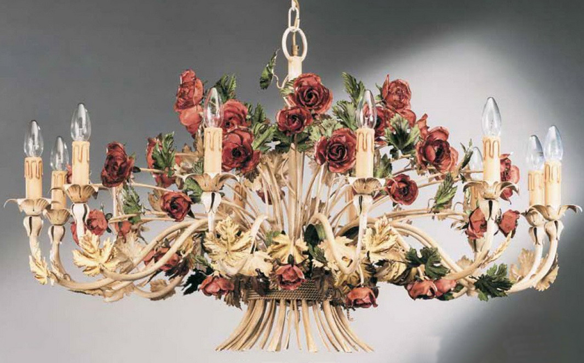 Например, очень грациозная, стильная и элегантная коллекция CRISTALLO от итальянской компании Passeri. Светильники серии выполнены во флорентийском стиле и могут превратить любое помещение в настоящий дворцовый зал. Изумительная по своему исполнению флористика, основана на таких традиционных элементах, как распустившиеся розы, лепестки, колосья.