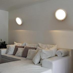 коллекция I-Ring. Светильник выполнен в виде белого шара и имеет при этом необычное основание, дополненное шнуром яркого красного цвета. Модель комплектована светодиодами, которые обеспечивают качественное распределение света.
