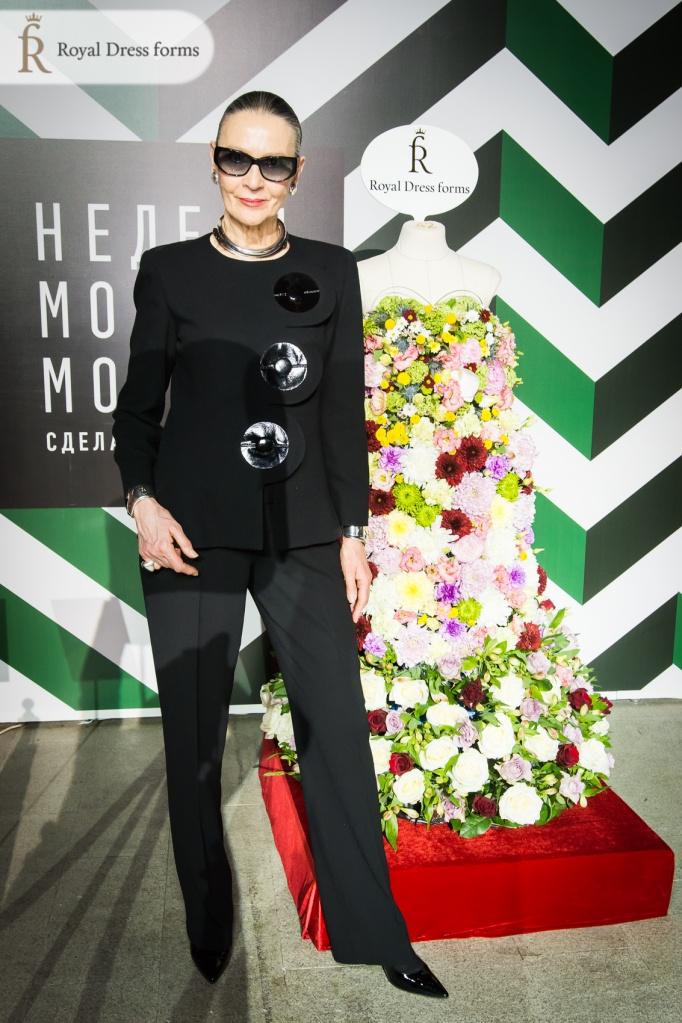 Представитель модного дома Пьера Кардена на стенде Royal dress forms с цветочным манекеном