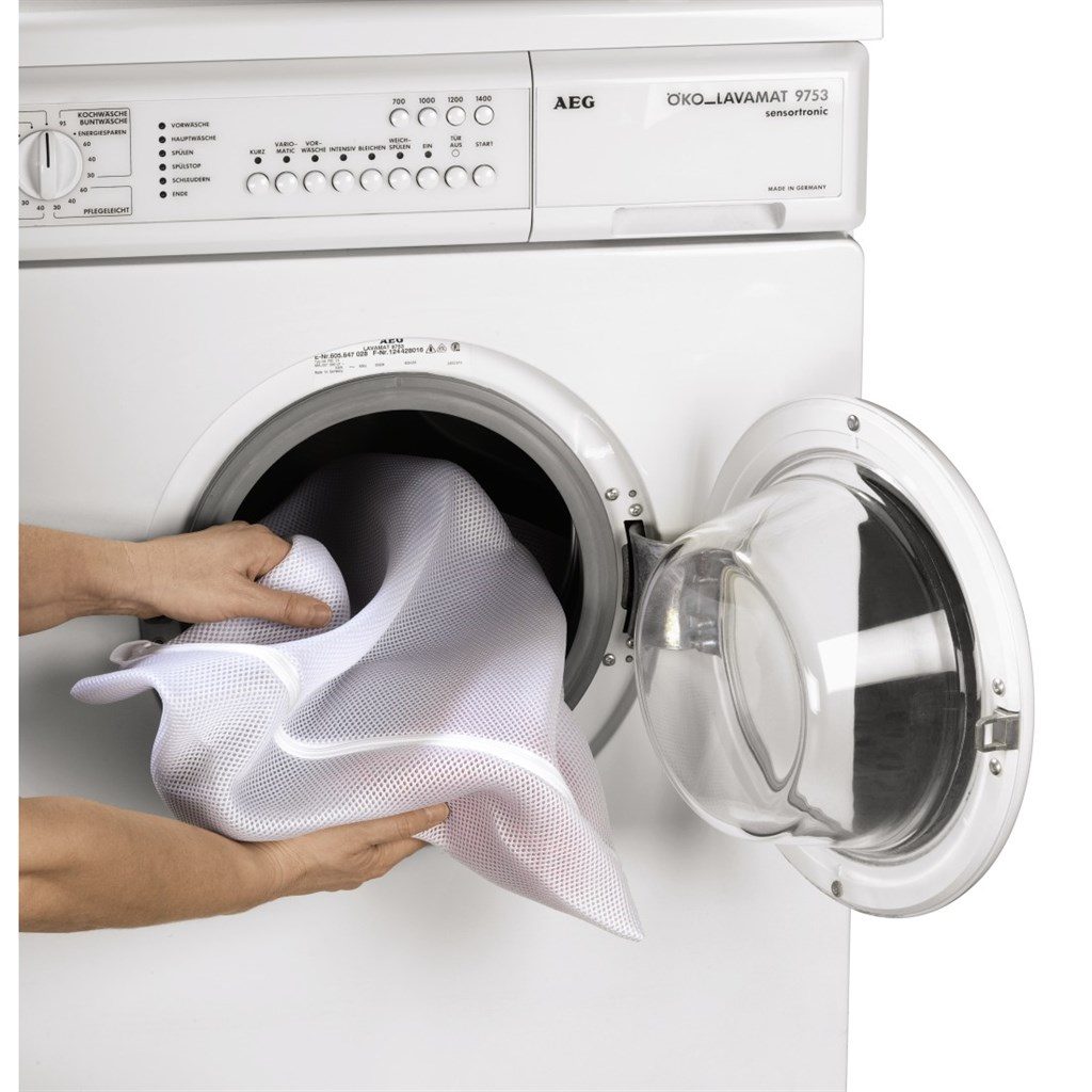 На фото - стиральная машина и мешочек для стирки белья
