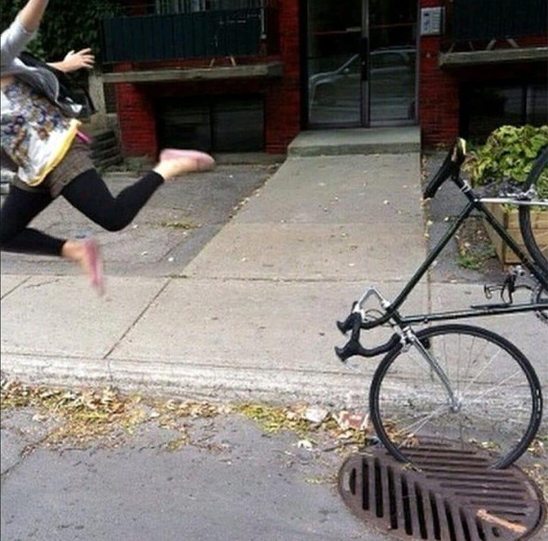 Колесо велосипеда попало в решетку водостока