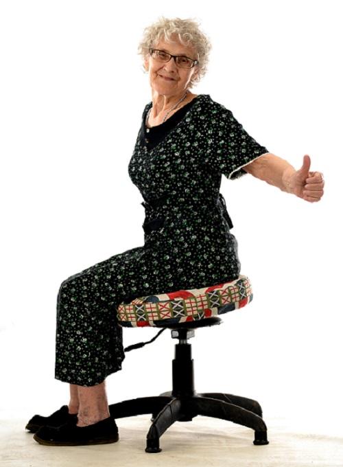 Бабушка тренирует осанку на Танцующем Стуле