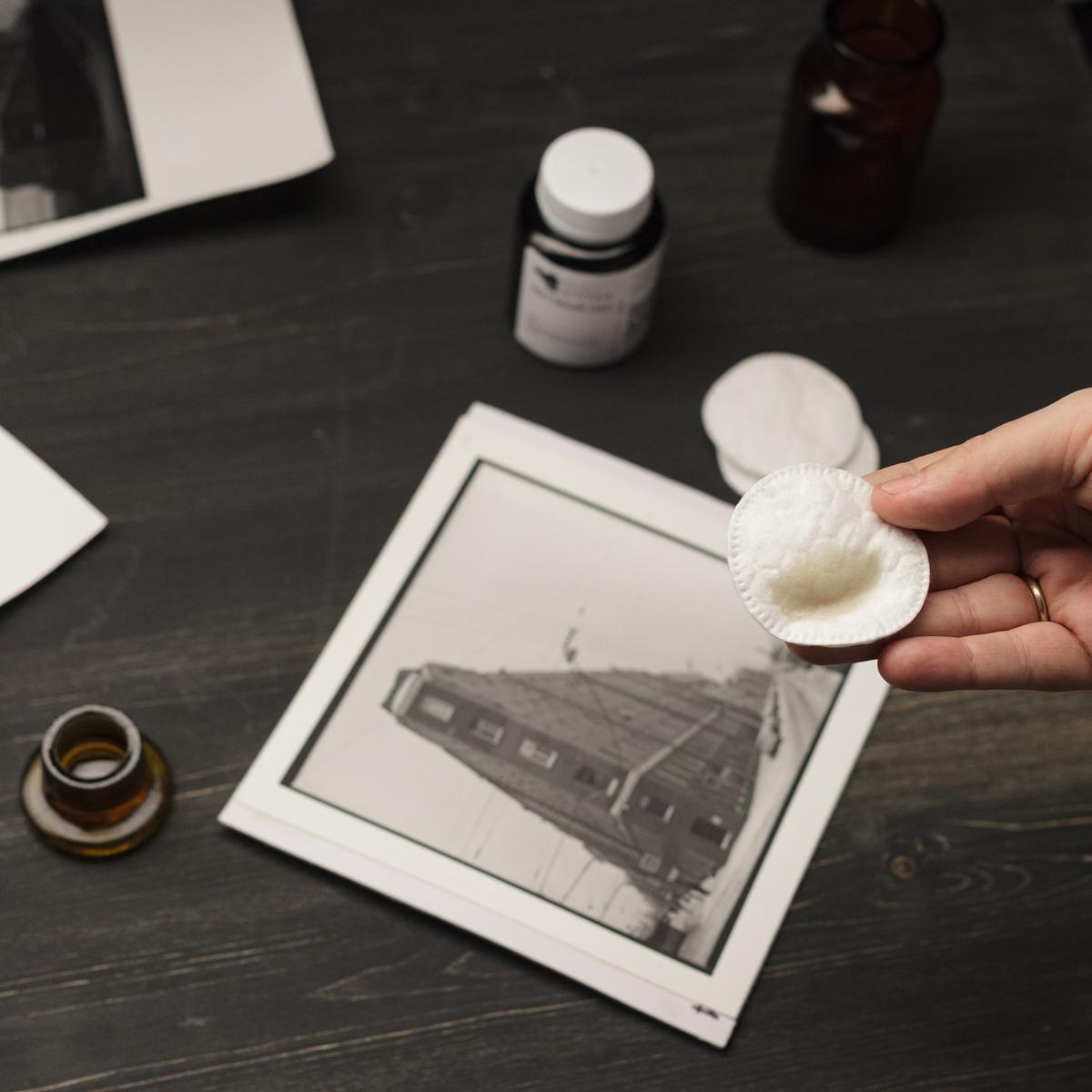 Немного матового лака на ватном диске