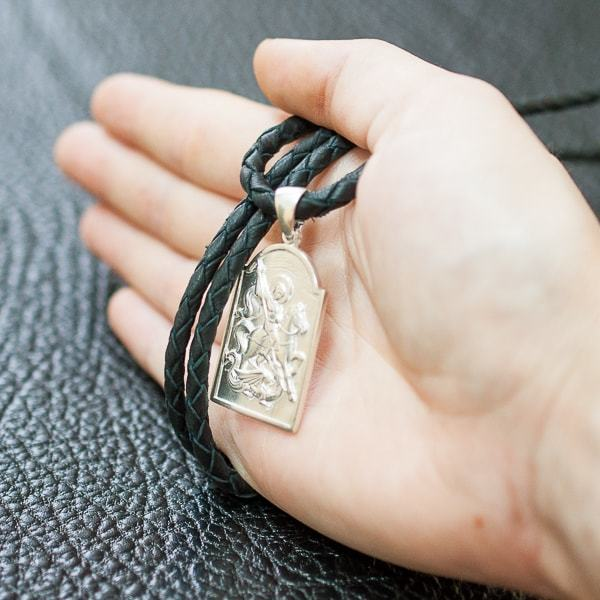 Святой Георгий Победоносец в серебре, фотография на ладони.