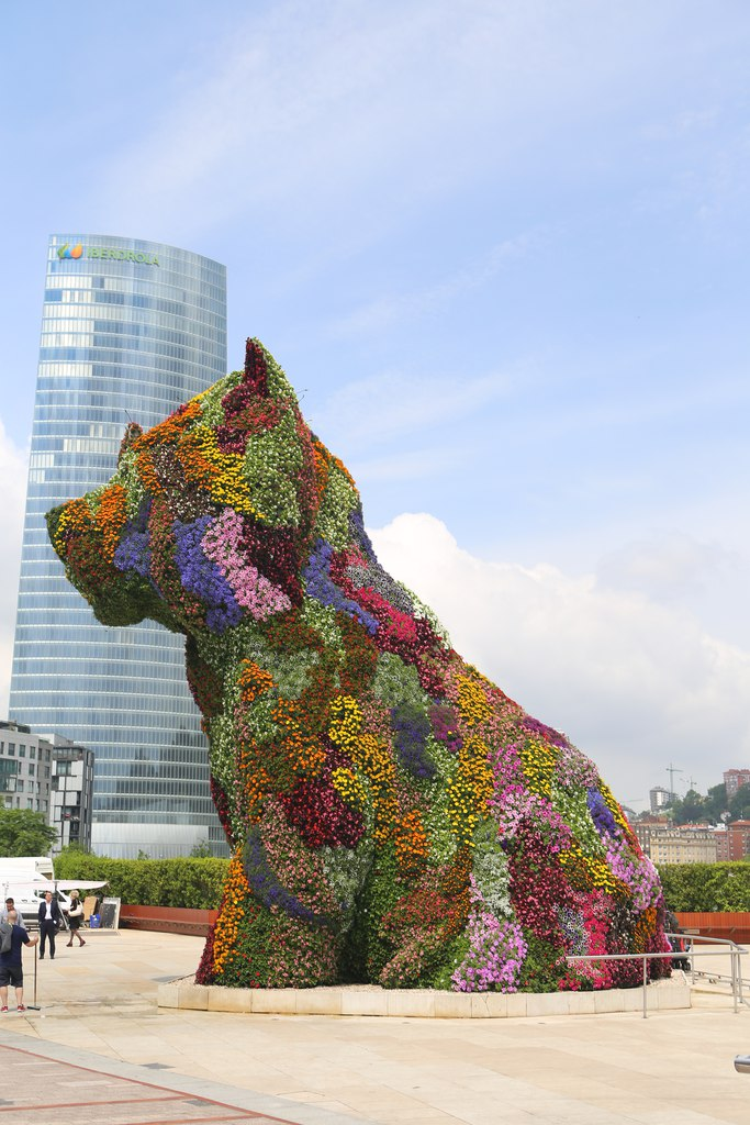 Собака_клумба_Бильбао_2.jpg