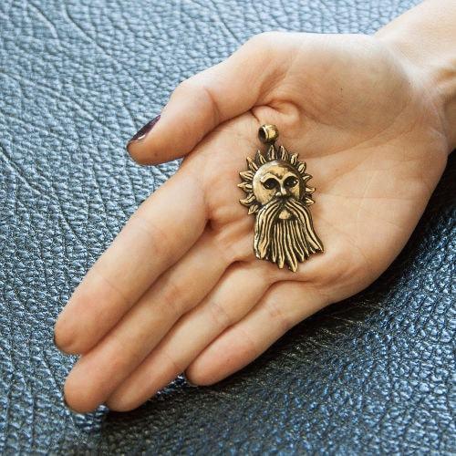 Фотография Бога Ярило на руке сбоку