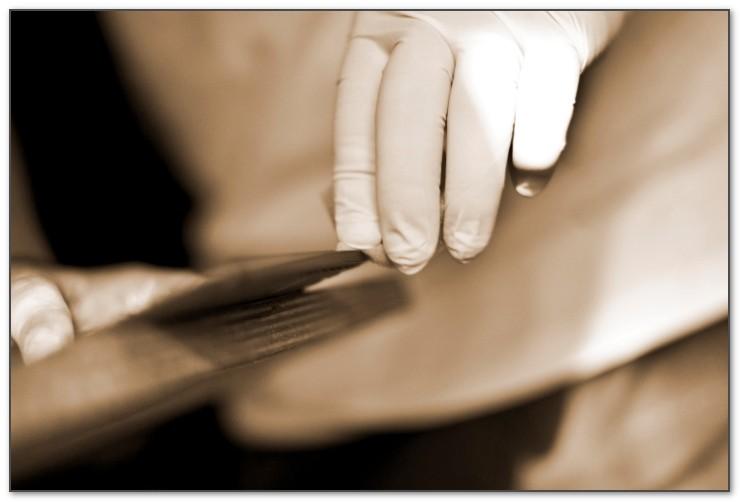 Изделия из кожи бювар делаются не на станках а руками человека.