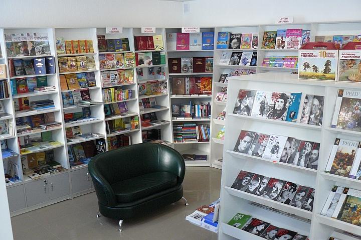 Минидиван хорошо впишется в интерьер книжного магазина и будет полезен посетителям