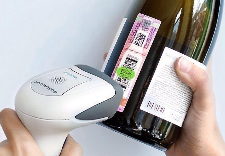Сканер штрихкода на складе винного магазина – основной инструмент