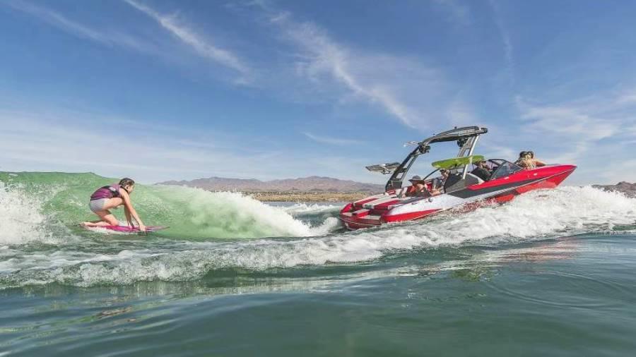Вейксерфинг, волна для серфинга за катером
