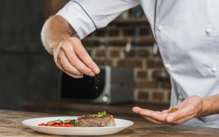 повар со специями