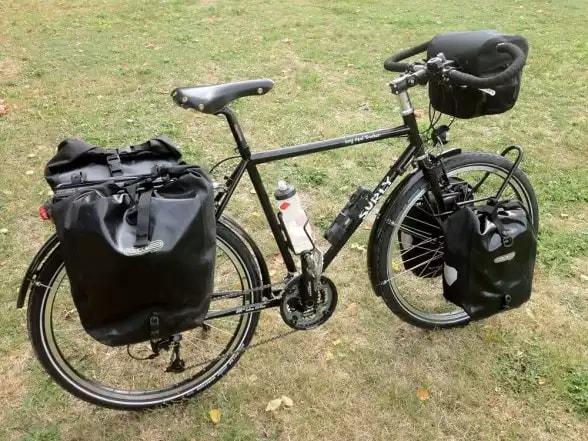 Велосипед з рюкзаками в поході
