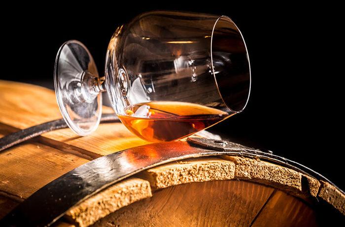 Бокал виски на бочке