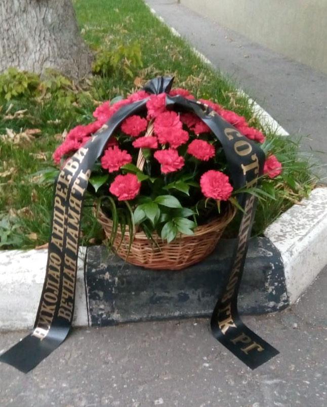 ритуальная корзина из 50 красных гвоздик