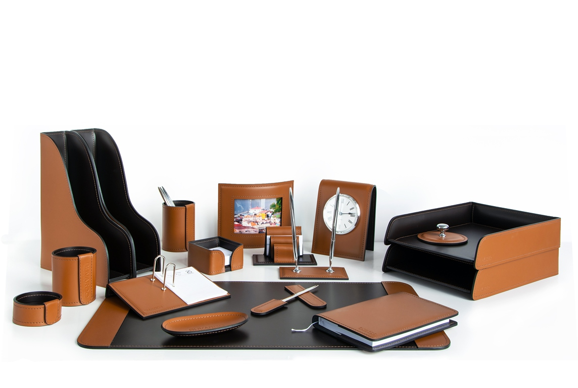 Набор бювар и аксессуары на стол руководителя в итальянской коже Cuoietto цвета какао .
