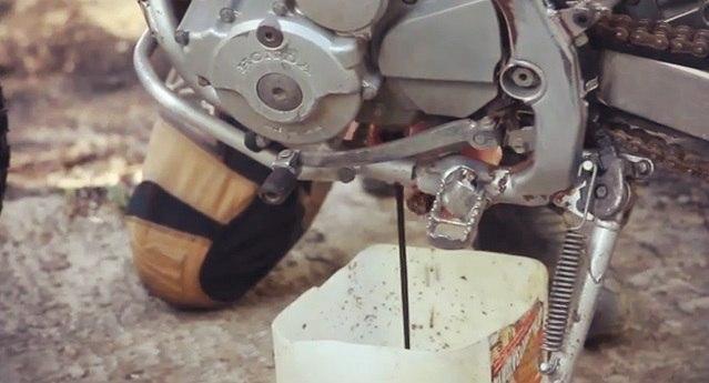 Сливаем отработанное масло в пустую канистру