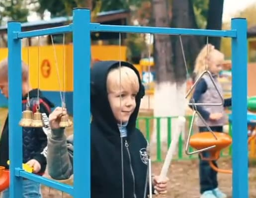Мальчик играет на установке Звонкая капель