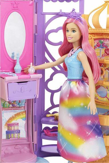 В наборе FRB15 имеется куколка в радужном платье