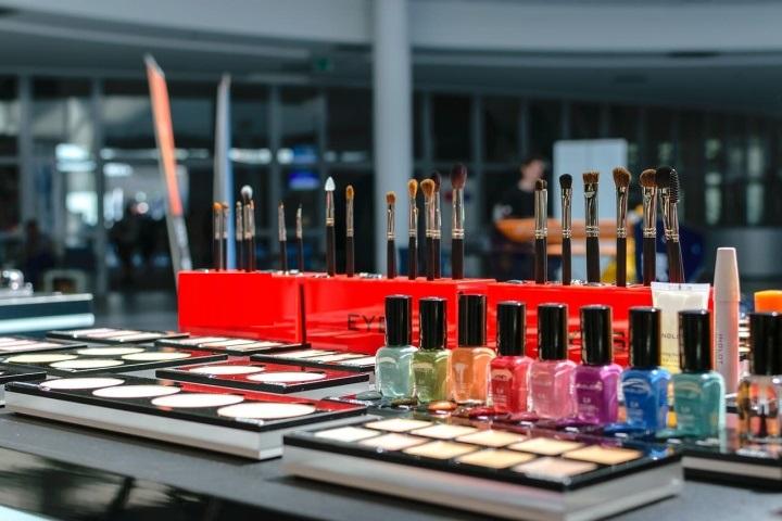 Производители косметики часто предоставляют бесплатные подставки для своей продукции