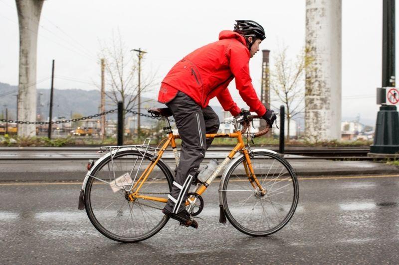 Велосипедист в куртке от дождя