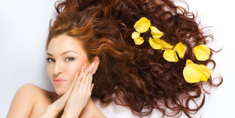 Девушка с завивающимися волосами