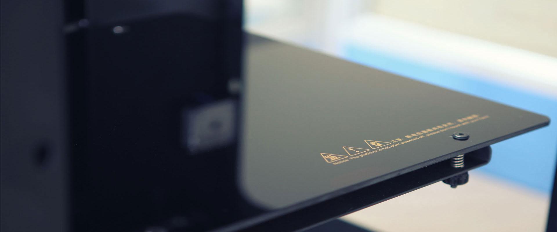 Стеклокерамическая платформа имеет микрокристаллическую структуру, благодаря чемуможет поддерживать высокую тепловую эффективность. Предусмотрена возможность автоматического отключения подогрева стола после заданного количества слоев.