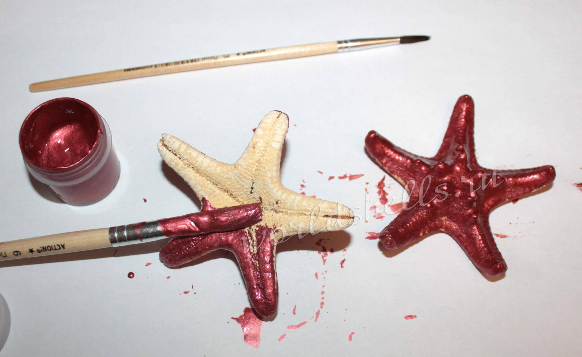 Красим морские звезды красной акриловой краской
