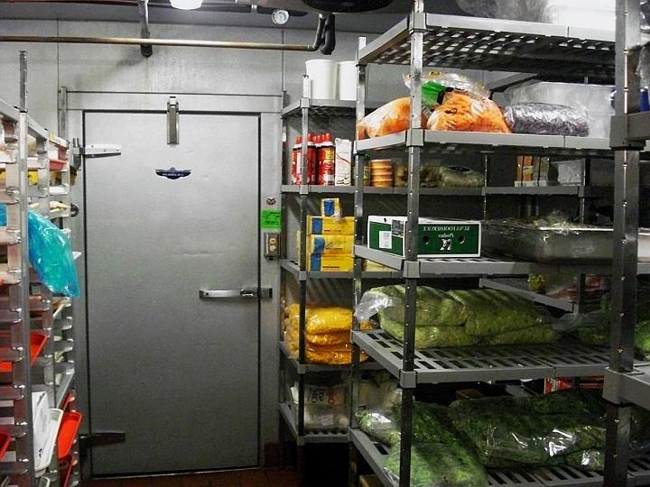 Для хранения продуктов на складе ресторана обязательно нужны многоуровневые стеллажи