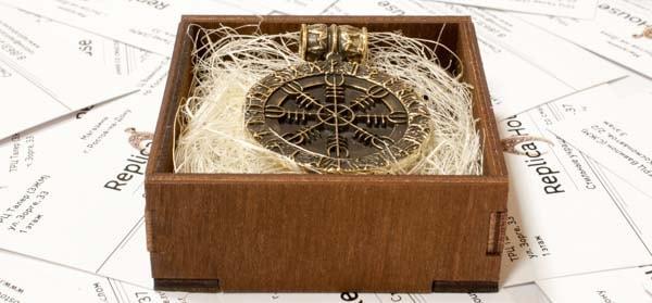 Кулон Агисхьяльм в деревянной коробочке