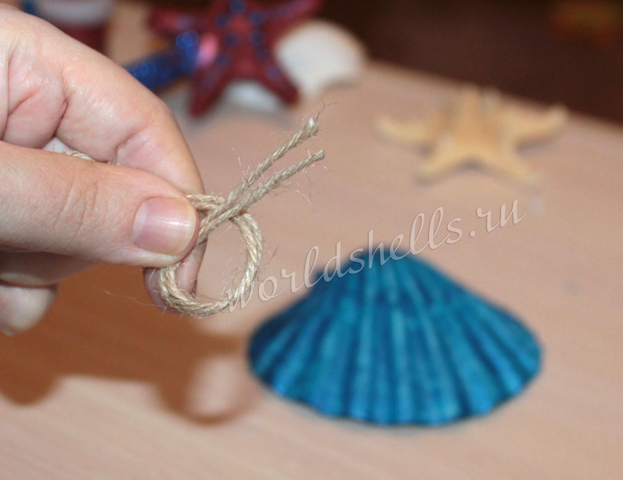 Приклеиваем к ракушки петлю из веревки