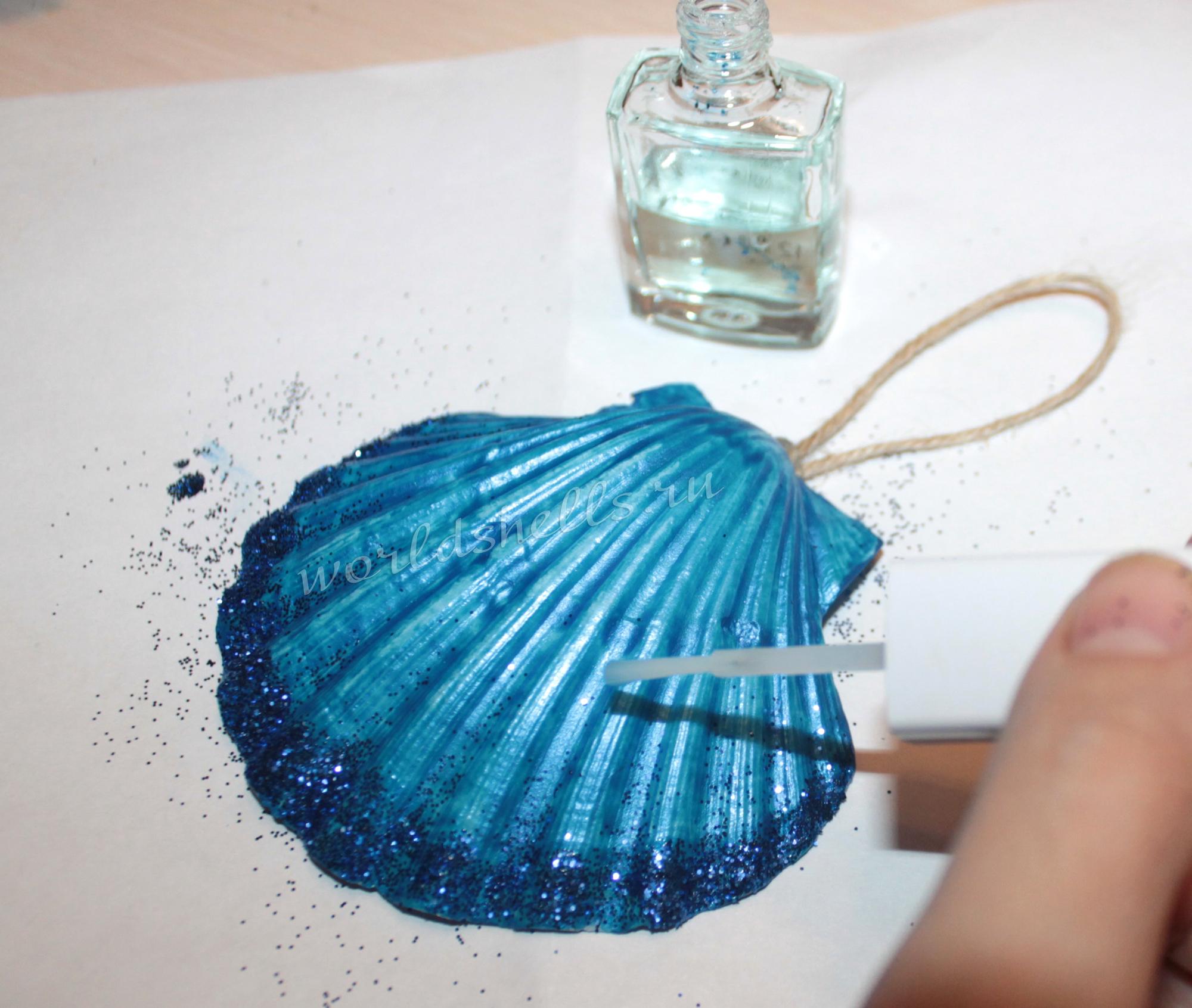 Наносим лак для ногтей на морскую ракушку