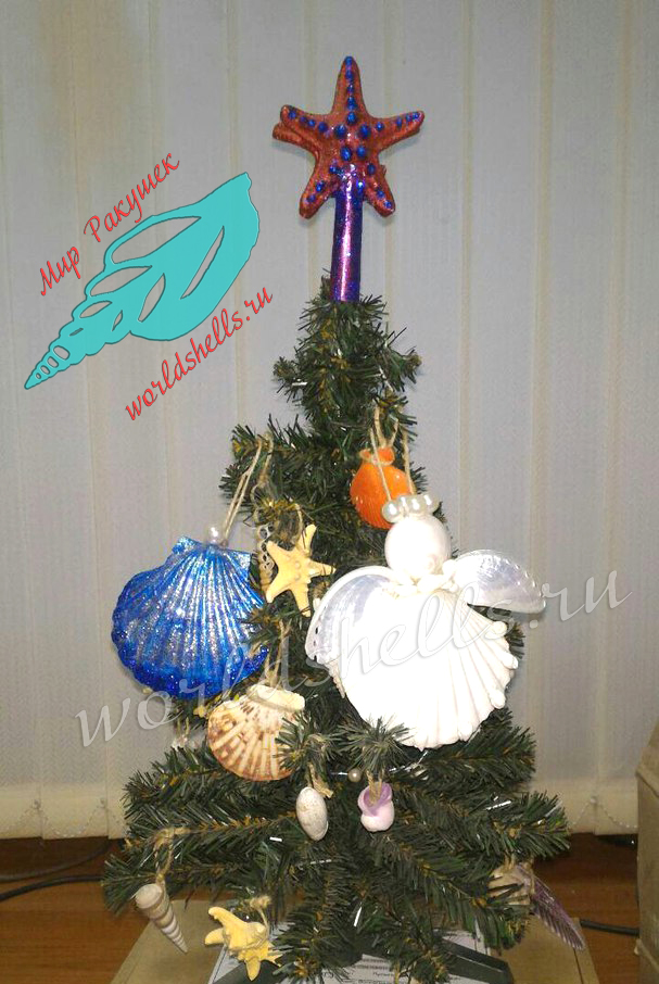 Новогодняя елка с елочными игрушками из морских ракушек и звезд