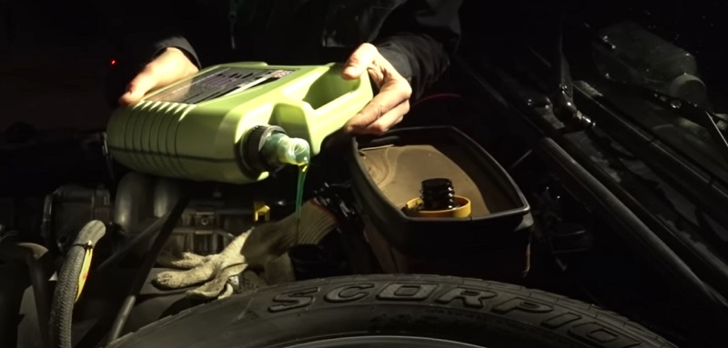 Заливка молиген масла в двигатель НИВЫ Лада