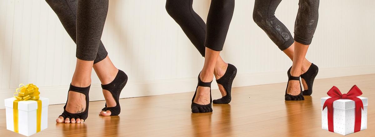 Нескользящие носочки в подарок к йога коврикам