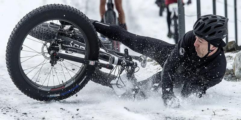 Зимние перчатки защищают руки при падении с велосипеда