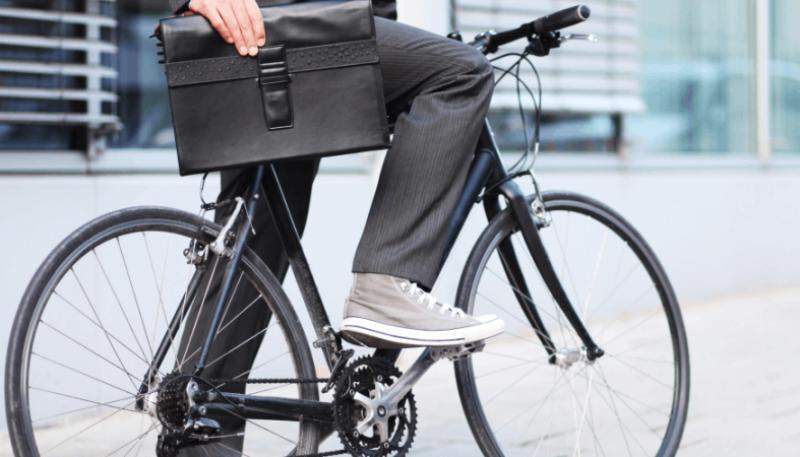 С портфелем на велосипеде