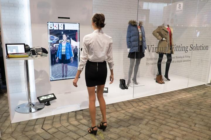Виртуальные примерочные можно выставить на наружные витрины магазина