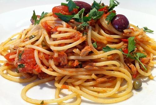 Спагетти с обжаренным тунцом